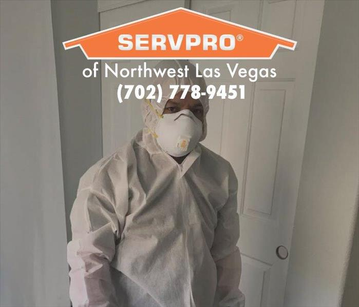 Employe in PPE with a white mask